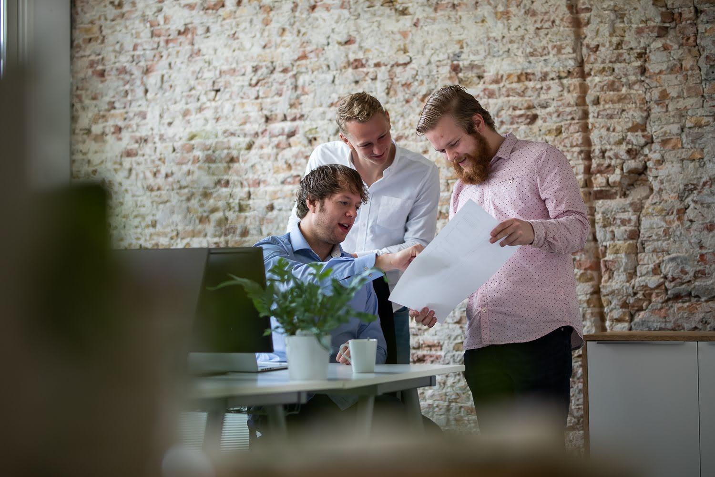 Teamoverleg op kantoor in Breda.