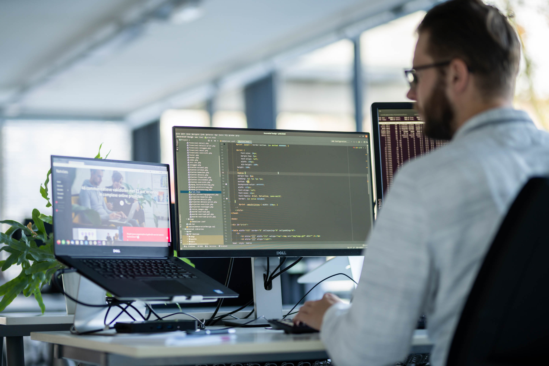 Webapplicatie developer schrijft code.